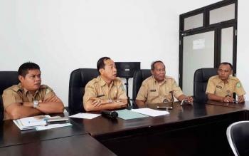 (Dari kiri) Plt Kepala BKD Kotim Alang Ariyanto, Sekda Kotim Putu Sudarsana, Kabag Humas Multazam, saat jumpa pers, Selasa (18/4/2017).