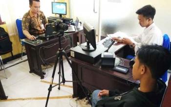 Salah satu warga saat melakukan perekaman E KTP di Disdukcapil Barito Utara.