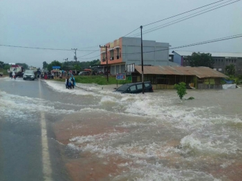 Mobil milik warga di Desa Amin Jaya, Kecamatan Pangkalan Banteng, Kabupaten Kotawaringin Barat, terseret banjir.