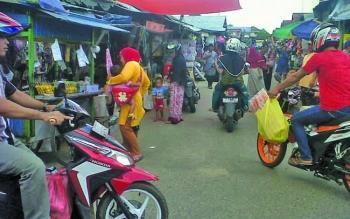 Suasanya Pasar Kereng Pangi Kabupaten Katingan setiap hari selalu ramai dikunjungi warga.