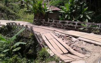 Jembatan di Desa Olong Siron, Kecamatan Tanah Siang, Kabupaten Murung Raya, ini hampir ambruk.