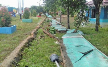Pagar SMP Negeri 3 Pangkalan Banteng Ambrol akibat terjangan banjir.