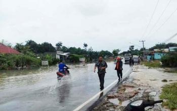 Wakil Bupati Kotawaringin Barat terpilih Ahmadi Riansyah saat meninjau banjir di Kecamatan Pangkalan Banteng, Rabu (19/4/2017).