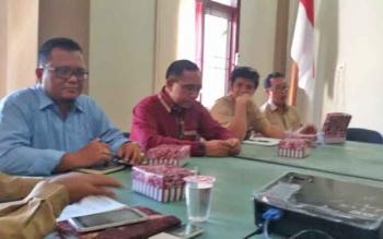 Dinas Tenaga Kerja dan Transmigrasi (Disnakertrans) Sukamara saat rapat melakukan pembentukan Forum LKS Tripartit, Rabu (19/4/2017).