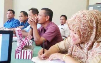 Pegawai Dinas Tenaga Kerja dan Transmigrasi Sukamara saat rapat pembentukan Forum LKS Tripartit.