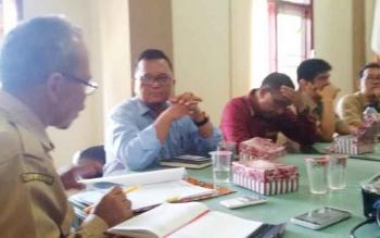 Dinas Tenaga Kerja dan Transmigrasi (Disnakertrans) Sukamara saat rapat pembentukan Forum LKS Tripartit.