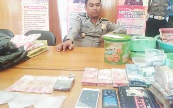 Kabag Ops Polres Kotim Kompol M Ali Akbar menunjukkan barang bukti tersangka zenith.