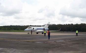 Sebuah pesawat mendarat di Bandara H Asan Sampit.