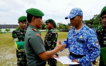 Danrem 102/Pjg Kolonel Arm M Naudi Nurdika berjabat tangan usai menanggalkan tanda peserta latihan dilanjutkan penyematan pin kader bela negara dan penyerahan sertifikat, Rabu (19/4/2017).