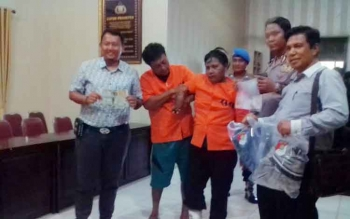 Pelaku pencurian Asnan (39) yang pincang dan Budi (43) dibawa ke aula Polres Kapuas untuk mengungkapkan strategi yang digunakan dalam mencuri, Rabu (19/4/2017)