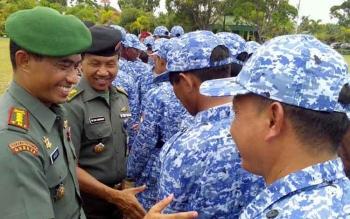 Danrem 102/Pjg Kolonel Arm M Naudi Nurdika memberikan selamat kepada para kader bela negara di halaman Yonif 631 Antang, Rabu (19/4/2017).