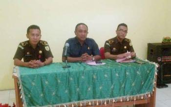 Kajari Barsel, Luhur Istiqfhar ( tengah) memberikan paska putusan sidang praperadilan