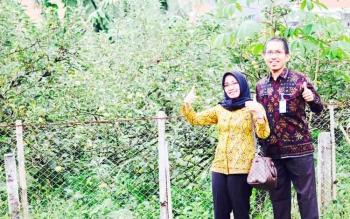 Dua pendamping PNS dari BKPP Kobar berada di dekat perkebunan wisata apel di Kota Batu Jawa Timur. Selain perkebunan, kota pemekaran dari Kabupaten Malang ini memiliki potensi pariwisata pertanian yang luar biasa.