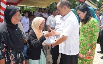 Bupati Kapuas Ben Brahim S Bahat, didampingi Ketua TP PPK Kabupaten Kapuas Ary Eghany Ben Bahat SH menyerahkan bantuan sembako kepada Tua Jompo.