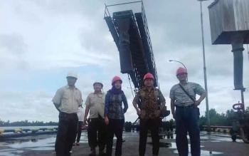 Anggota Komisi III DPRD Kotim Dadang H Syamsu, Debby Sartika dan Manajemen PT SSM saat melakukan monitoring tenaga kerja.