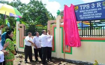 Bupati Kapuas Ir Ben Brahim S Bahat MM MT meresmikan TPS 3R dan Pasar Tradisional Desa Bungai Jaya Kecamatan Basarang ditandai dengan pembukaan selubung papan