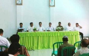 Pertemuan Bupati Barito Utara, Nadalsyah beserta rombongan saat melakukan pertemuan dengan warga desa kandui, Kecamatan gunung Timang.