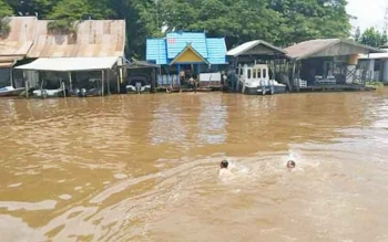 Anggota Satpolair Polres Kapuas saat latihan berenang didermaga, rabu (19/4/2017)