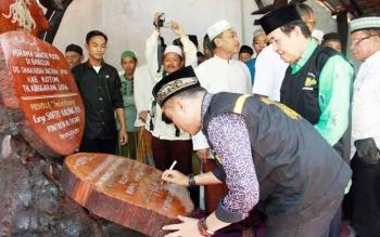 Bupati Kotim Supian Hadi saat meresmikan Pondok Pesantren Al Fajar di Kecamatan Parenggean.