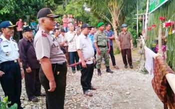 Bupati Ahmad Yantenglie sebelum acara adat potong pantan saat safari Dharma Santi Nyepi di Desa Rangan Tangko Kecamatan Marikit.