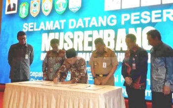 Gubernur Kalteng Sugianto menandatangani nota kesepakatan bersama gubernur seluruh Kalimantan saat Musrenbangnas Regional
