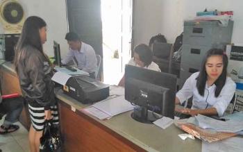 Pegawai Disdukcapil Kabupaten Gunung Mas ketika melayani masyarakat yang hendak mengurus dokumen kependudukan.