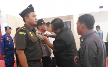 Bupati Sukamara Ahmad Dirman saat memasangkan PIN Saber Pungli kepada Ketua Tim Saber Pungli Kompol Rochmat Slamet, beberapa waktu lalu.