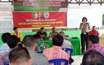 Kapolsek Pahandut Kompol Ani Maryani memberikan sosialisasi larangan membakar hutan dan lahan, di kantor Kelurahan Bukit Tunggal, Jalan Badak, Palangka Raya, Kamis (20/4/2017).