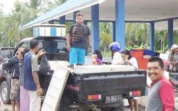 Sejumlah nelayan dan pengepul ikan sedang memilih hasil tangkapan di tempat pelelangan ikan di Sei Ijum, Kecamatan Mentaya Hilir Selatan, Kotim.