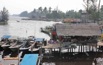 Sejumlah perahu nelayan yang digunakan untuk melaut mencari ikan.