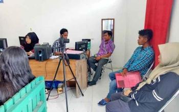 Masyarakat Sukamara saat mengurus administrasi kependudukan di Disdukcapil-KB Sukamara.