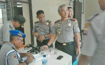 Kapolres Barito Utara, AKBP Tato Pamungkas Suyono SIK bersama Kasie Propam saat memeriksa senjata api di Polsek Gunung Timang.