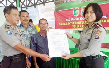 Kapolsek Pahandut Kompol Ani Maryani bersama anggotanya menunjukan maklumat Kapolda Kalteng yang kemudian disebarkan kepada warga, Kamis (20/4/2017).