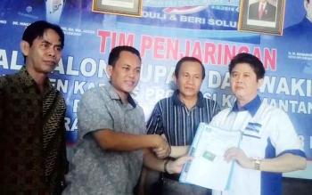 H Asrani menyetahakan berkas sebagai syarat maju ke Pilkada Bupati dan Wakil Bupati pada 2018-2023 kepada Ketua DPC Karya Yetsi.