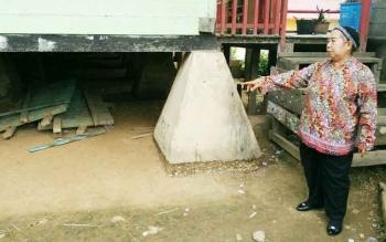 Kepala SDN 1 Melayu, Hj Rusmini Wani Kudmada saat menunjukkan sisa bangunan pada zaman Belanda yang masih utuh hingga saat ini.