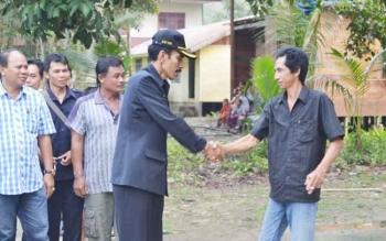 Wakil Ketua II DPRD Barito Utara, H Acep Tion SH saat berjaba tangan dengan warga saat melakukan kunjungan kerja ke desa Rahaden beberapa waktu lalu..