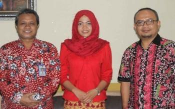 Duta UMK di Pilmapres Tingkat Nasional Anita Afifatuz Zahro diapit Rektor Universitas Muria Kudus (UMK), Suparnyo (kiri) dan Wakil Rektor III Rochmad Winarso.