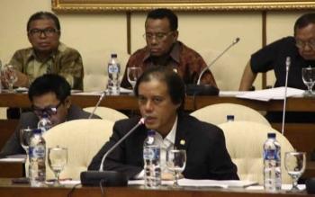 Anggota Komisi IV DPR RI, Hamdhani saat Rapat Dengar Pendapat dengan mitra kerja membahas boikot sawit Parlemen Eropa, di Ruang Komisi IV DPR, Senayan, Jakarta, Selasa (18/4/2017).