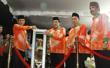 Penyerahan piala bergilir dar Wakil Bupati Taufiq Mukri kepada Camat MB Ketapang Ahmad Sarwo Oboi sebagai juara umum MTQ ke-48 tingkat Kabupaten Kotim.