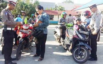 Sejumlah anggota Satlantas Polres Kotim melakukan pemeriksaan terhadap pengendara yang terjaring razia.