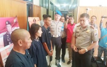 Tiga tersangka bandar zenith diinterogasi Kapolres Kotim AKBP Johanes Pangihutan Siboro.