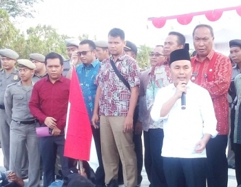 Sri Suwanto Plt Kepala Dinas Kehutanan Kalteng (baju biru) saat mendampingi Gubernur Sugianto Sabran dalam suatu acara