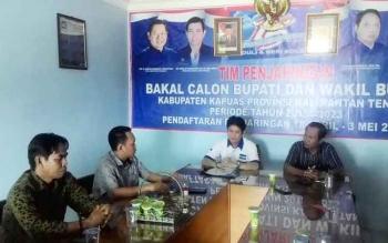 Asrani di tim penjaringan Bakal Calon Bupati dan Wakil Buapti Pilkada Kapuas 2018 disambut ketua tim penjaringan Karya Yetsi dan Warno di DPC Partai Demokrat Kapuas.