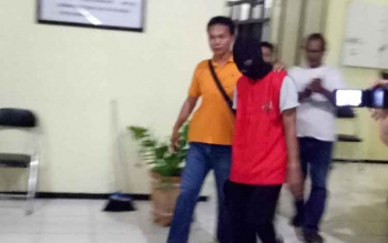 Kepala Desa Pematang Limau, Juharto (rompi merah bertopeng), saat keluar dari ruangan Kasi Pidsus Kejari Seruyan, Kamis (20/4/2017) malam.