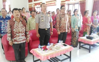Wakil Bupati Gunung Mas Rony Karlos (tiga dari kiri) saat menghadiri peringatan Hari Kartini ke- 138 di Aula Kantor Kecamatan Tewah, Jumat (21/4/2017).