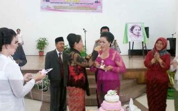Isteri Sekda Nikodemus, Rosita menyuapi kue ulang tahun kepada Ketua GOW yang juga istri Wakil Bupati Katingan, Daurwatie Sakariyas pada peringatan Hari Kartini ke 138 di Gedung Selawah Kasongan, Jumat (21/4/2017).