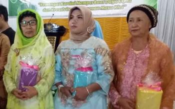 Ibu-ibu saat mendapat hadiah atas partisipasinya dalam peringatan Hari Kartini ke 138 di Kabupaten Sukamara.