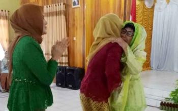 Ketua PKK Kabupaten Sukamara, Nuni Ludya Ahmad Dirman didampingi Ketua GOW Kabupaten Sukamara, Siti Zaiha Windu Subagio saat memberikan ucapan selamat ulang tahun kepada Hj Soemirah.