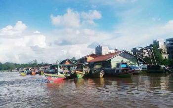 Angkutan sungai yang ada di Sungai Barito dekat Kota Puruk Cahu, Kabupaten Murung Raya.