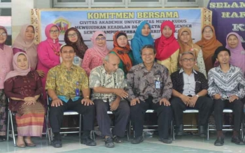Rektor Universitas Muria Kudus Suparnyo dalam peringatan Hari Kartini oleh Pusat Study Gender (PSG) UMK, di depan Kantor Biro Administrasi Akademik dan Kemahasiswaan (BAAK), Jumat (21/4/2017).